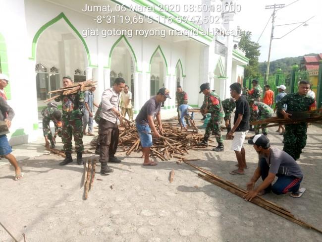 Bersihkan Bongkaran Masjid Jami Kalimango, Koramil Alas Berjibaku dengan Masyarakat