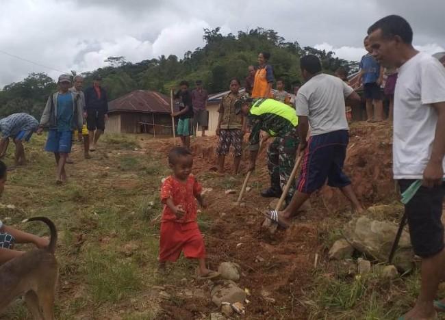 Menerobos Keterbatasan, Babinsa Gandeng Warga Perbaiki Jalan Desa