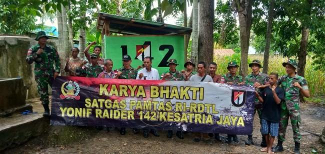 Di Dekat Kantor Desa Asumanu, Satgas Yonif R 142/KJ Bangun MCK
