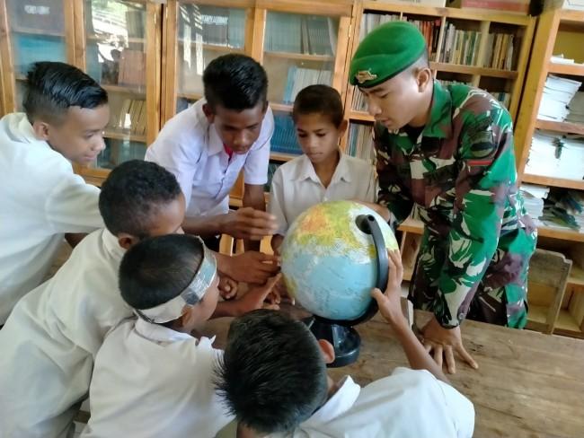 Pengabdian Tanpa Batas, Satgas Yonif 132/BS Menjadi Guru Bantu di Perbatasan