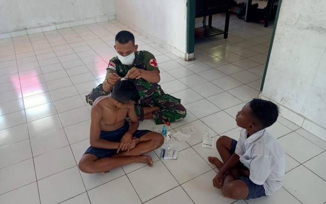 Tertimpa Kursi di Sekolah, Satgas Yonif 132/BS Tolong Sipriyanus Piut Yang Terluka