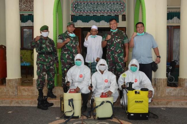 Korem 162/WB Lakukan Penyemprotan Disinfektan di Ponpes Qomarul Huda Loteng