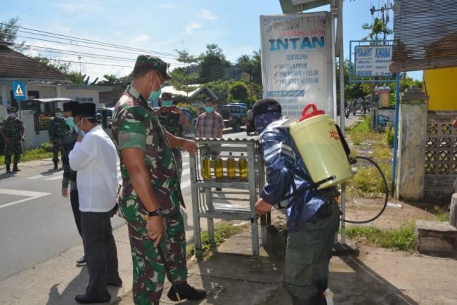 Danrem 162/WB Bersama Bupati Lobar Pimpin Penyemprotan Disinfektan di Lobar