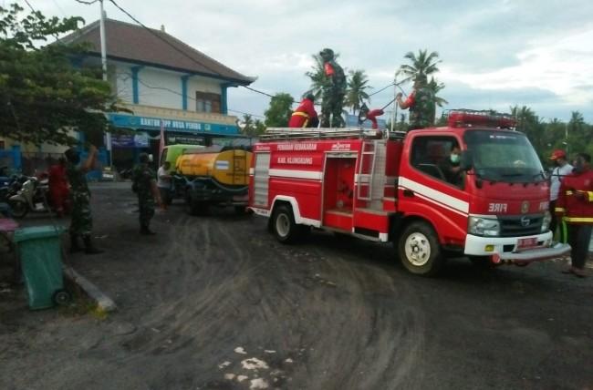 Koramil Nusa Penida Bersama Aparat Kecamatan Melakukan Penyemprotan Desinfektan