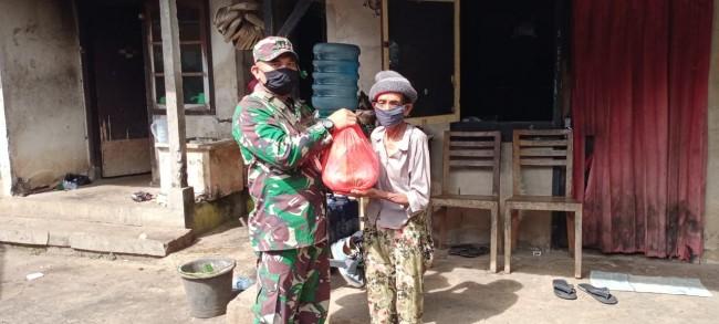 Babinsa Serahkan Bantuan Kodim Tabanan Kepada Warga Terdampak COVID-19