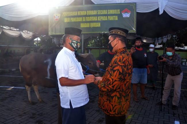 Pangdam IX/Udayana Serahkan Hewan Kurban di Masjid Agung Sudirman