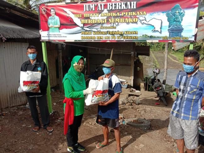 """""""Jumat Berkah"""", Ibu Hetty Andika Perkasa Berikan Bantuan 50 Paket Sembako Kepada Warga Kurang Mampu"""