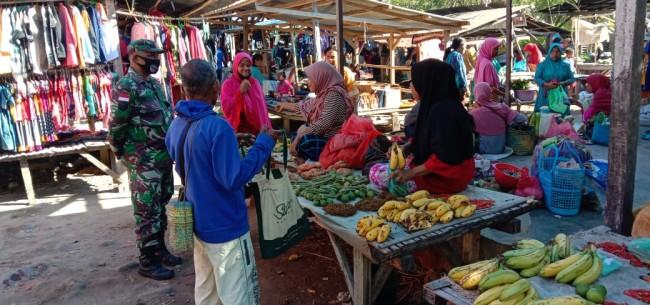 Ingin Warga Bebas Corona, Babinsa Koramil 02 Pantar Sambangi Warga di Pasar Kabir