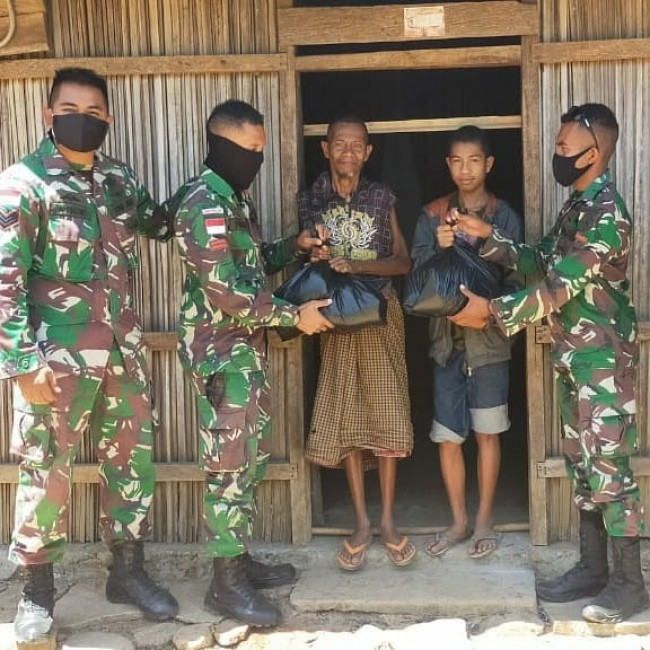 Satgas Yonif RK 744/SYB Berikan Bantuan Sembako dan Baju Layak Pakai untuk Warga Perbatasan