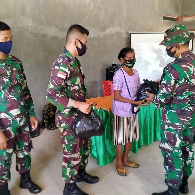Dankipur 3 bersama Personel Pos Dafala Bagikan Sembako dan Masker kepada Warga Perbatasan