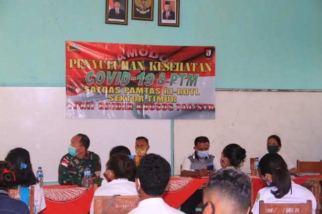 "Sambut HUT TNI ke-75, Timkes Satgas Yonif RK 744/SYB dan Puskesmas Umanen ""Road to School"""