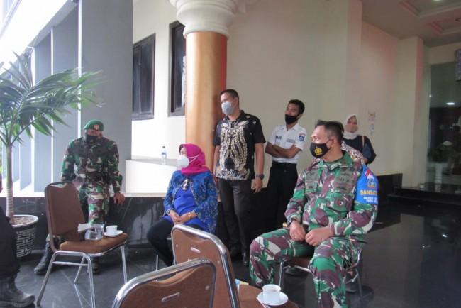 Danrem 162/WB Duduk Bersama Ketua DPRD Provinsi NTB Mendengarkan Aspirasi Perwakilan Demonstran
