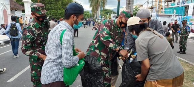 Usai Demo, TNI dan Polri serta Mahasiswa Punguti Sampah di Depan Kantor DPRD NTB