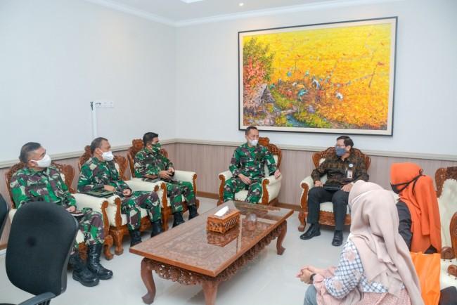 Jalin Silaturahmi, Kasdam IX/Udayana Terima Audiensi PT. Bank BNI Syariah Cabang Denpasar