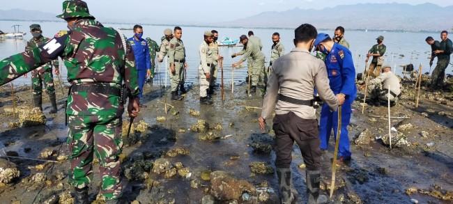 Jaga Kelestarian Alam TNI Prakarsai Penanaman Mangrove di Pantai Niu Kota Bima