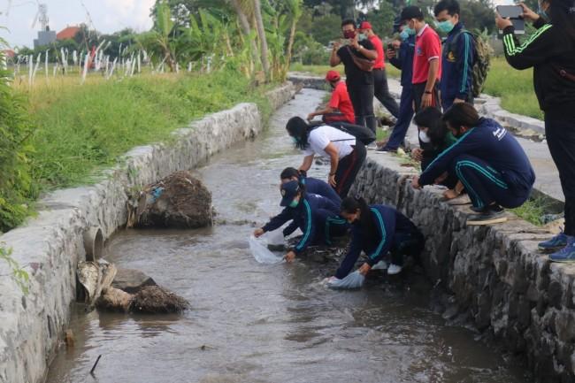TMMD Ke 109 Kodim Badung Tebar Benih Ikan Nila di Sungai Ulun Carik