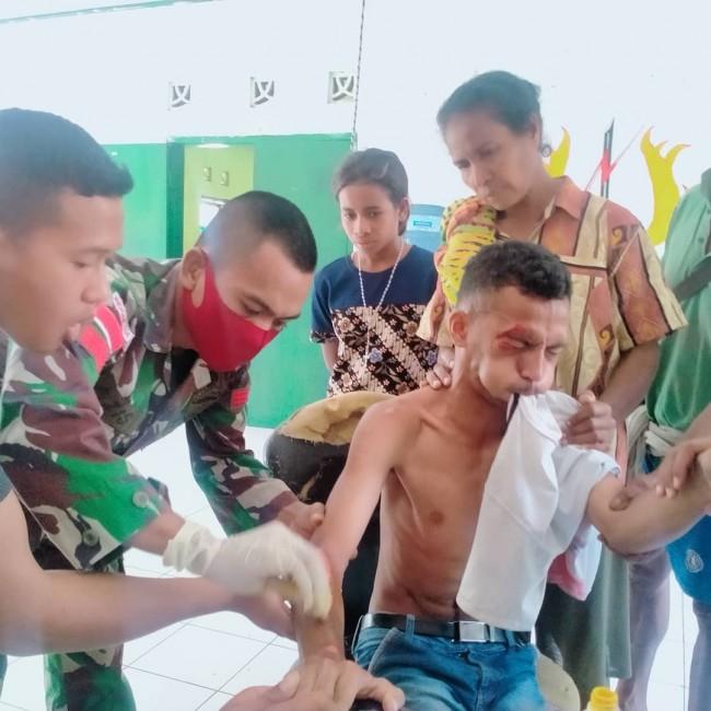 Tim Kesehatan Pos Asulait Bantu Pengobatan Korban Laka Lalin