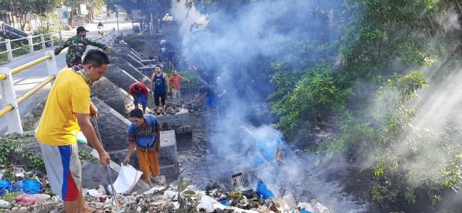 Antisipasi Musim Hujan, Koramil Labuhan Haji Ajak Warga Bersihkan Saluran Air