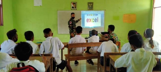 Anggota Satgas Yonif RK 744/SYB Memberi Pelajaran Pada Anak-Anak SMP N Kelas Jauh Salore
