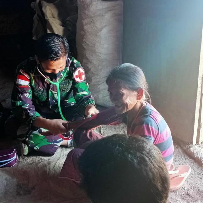 Personel Pos Fohululik Peduli Kesehatan Warga Perbatasan