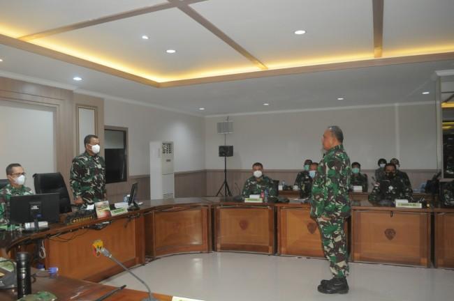 Wairjen TNI Serahkan Pernyataan Hasil Audit Kinerja Itjen TNI Kepada TNI Wilayah Bali Nusra