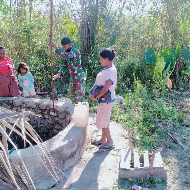 2KM TNI Temani Warga Mencari Air dan Bantu Menimbanya di Sumur Untuk Menyambung Hidup