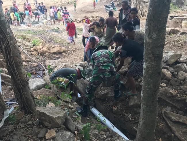 Gotong Royong TNI Dan Warga Demi Wujudkan Harapan Air Bersih Melalui Pemasangan Pipa Saluran Air