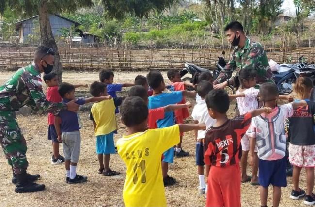 Memperingati Hari Guru, TNI Berperan Aktif Dalam Kegiatan Mengajar di Perbatasan.