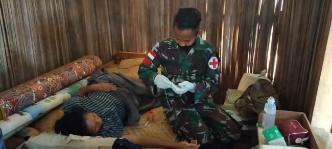 Wujud Kepedulian TNI, Praka Mustofa Rawat dan Obati Warga Sakit di Perbatasan