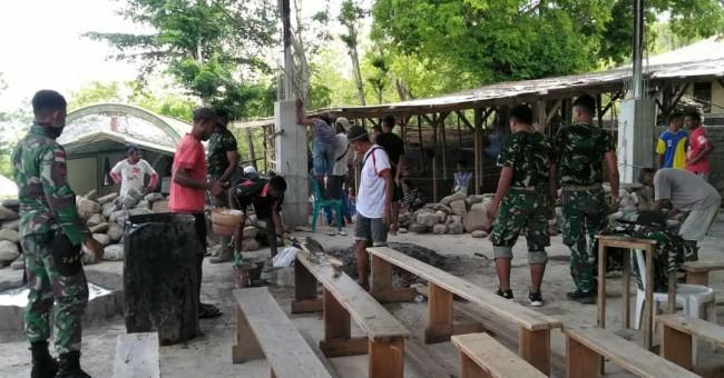 Bersama Masyarakat, Personil TNI Turut Membangun Gereja Khatolik di Perbatasan