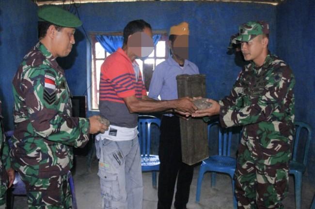 Luar Biasa, TNI Terima Penyerahan Satu Buah Isian Mortir dan Granat di Desa Lakmaras