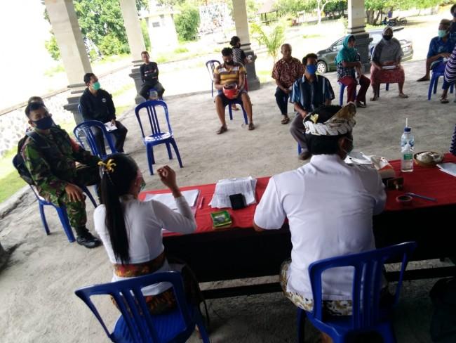 Pantau Penyaluran Bantuan Langsung Tunai Dana Desa, Babinsa Candi Kusuma Ingatkan Warga Patuhi Prokes
