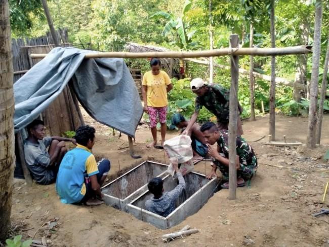 Manunggal Dengan Rakyat, Satgas Yonif RK 744/SYB Bantu Warga Membuat Toilet