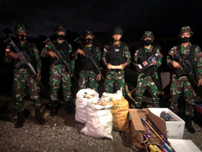 Satgas Yonif RK 744 Gagalkan Penyelundupan Kayu Cendana dan Kembang Api