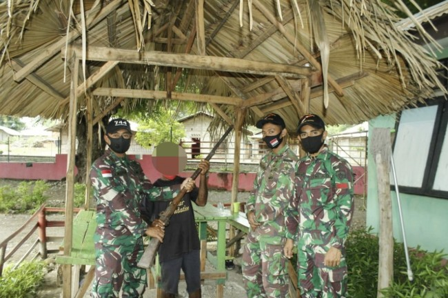 Warga Kembali Serahkan Senjata ke Satgas Yonif RK 744/SYB di Perbatasan