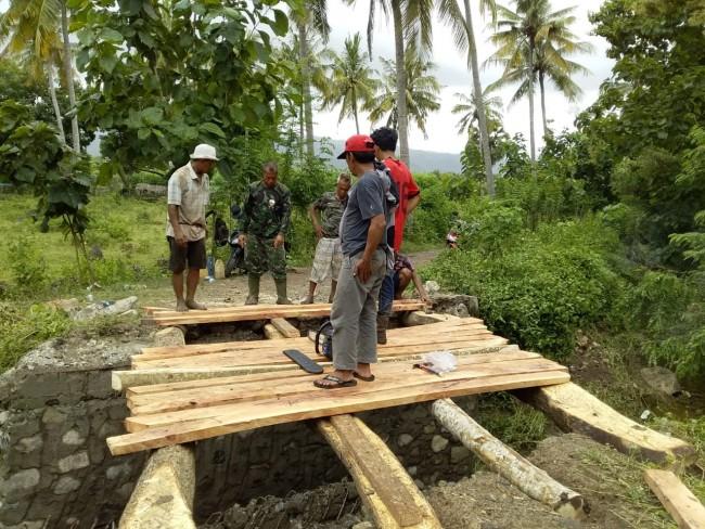 Babinsa Desa Goa Koramil 1628-05/Jereweh Bantu Pembuatan Jembatan Darurat