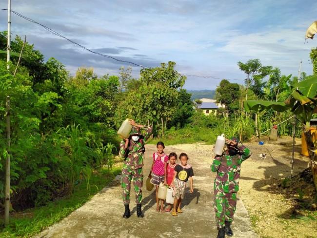 Serda Andre dan Prada Rey Bantu Anak Perbatasan Pikul Air Bersih
