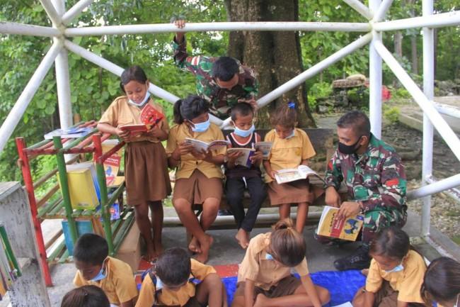 Menambah Pengetahuan di Tengah Covid-19, TNI Buat Perpustakaan Mini Untuk Anak Perbatasan