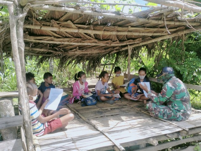 TNI Ajarkan Pentingnya Nilai Pancasila Bagi Anak Perbatasan
