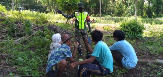 Babinsa Desa Tatar Laksanakan Komsos Imbau Masyarakat Patuhi Prokes 3M dan 3T