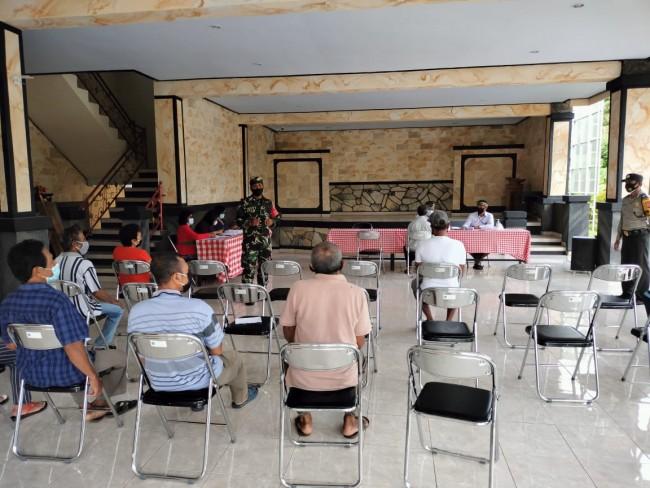 Kawal Penyaluran BLT Dana Desa, Babinsa Ingatkan Warga Patuhi Protkes