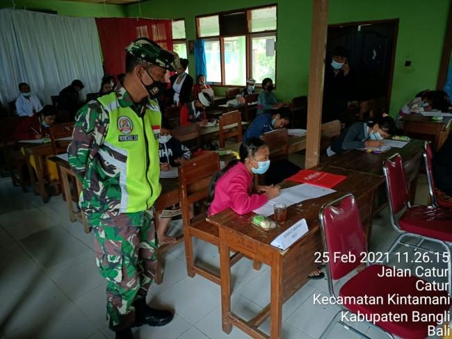 Aparat TNI Pantau Kegiatan Bulan Bahasa Bali di Kintamani