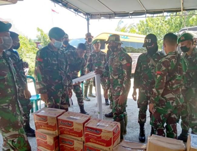 Prajurit Yonif 743/PSY Membantu Penyaluran Bantuan Kepada Pengungsi di Lembata