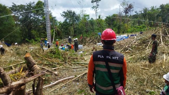 Kerja Keras PLN dan Yonif 743/PSY, Dirikan Tower Listrik Yang Rusak Akibat Bencana Alam