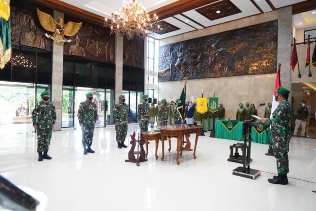 Pangdam IX/Udayana Pimpin Sertijab Kasdam, Irdam dan Danrem 161/WS