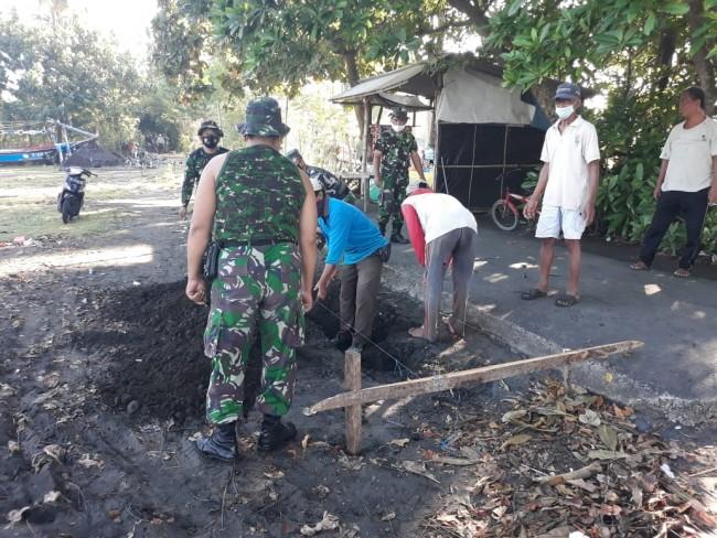 Kerjakan Drainase Jalan, TNI Karya Bakti Bersama Warga Desa Perancak