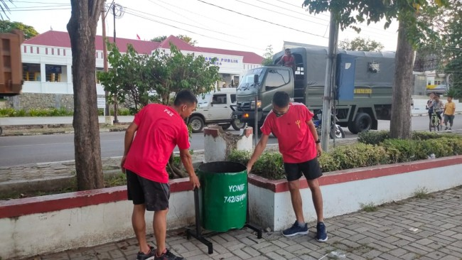 Jaga Kebersihan, Satgas Pamtas Yonif 742/SWY Siapkan Tong Sampah di Alun-Alun Atambua