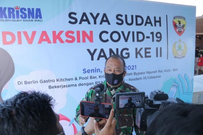 Kodam IX/Udayana Gelar Vaksinasi Tahap II Bagi Pelaku Pariwisata di Krisna Oleh-oleh Bali