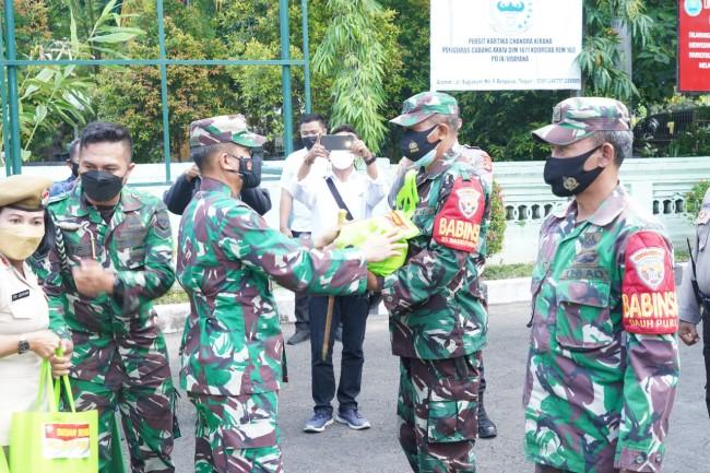 Korem 163/Wira Satya Bersama Jajaran Salurkan Bantuan Sembako Bagi Masyarakat Terdampak