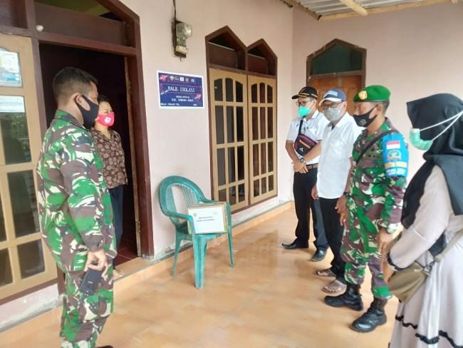 Sinergi TNI-Polri Berikan Bansos dan Pasang Stiker Isolasi Mandiri